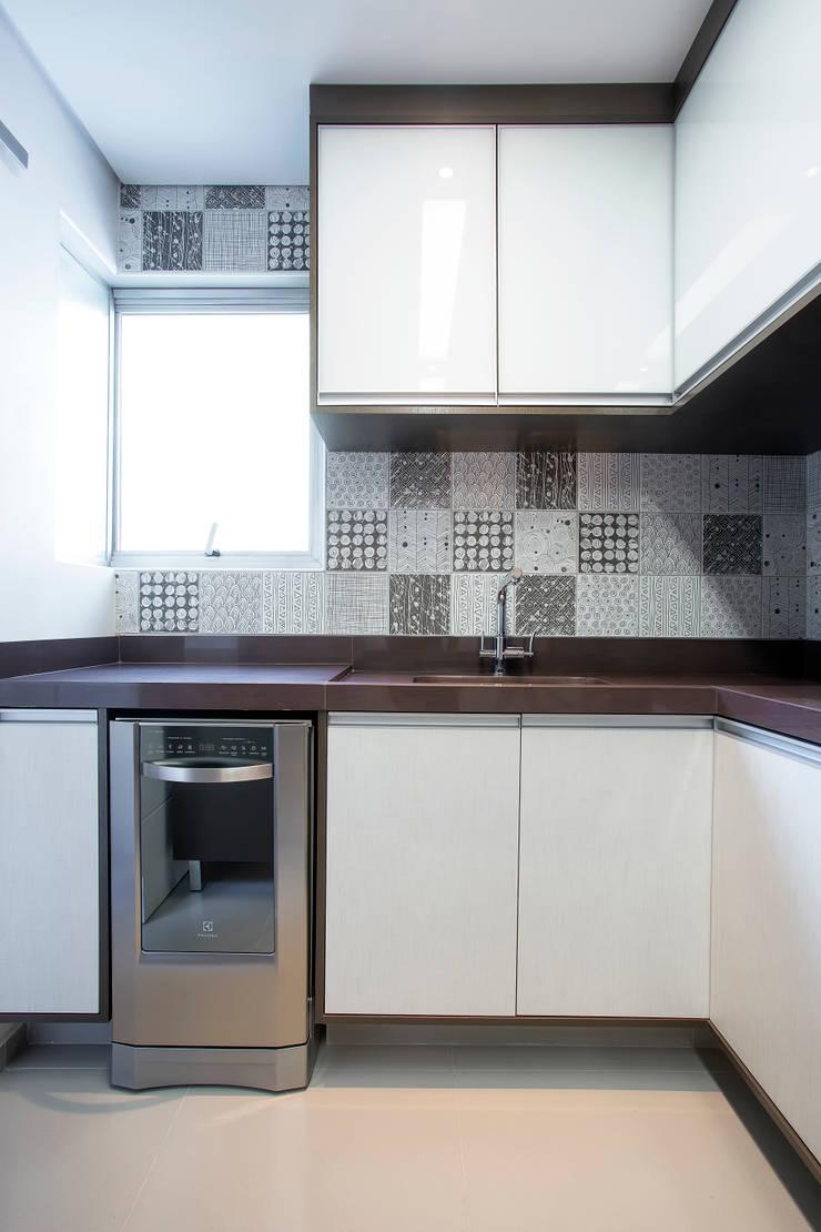 Apartamento 01: Cozinhas  por P.B Arquitetura