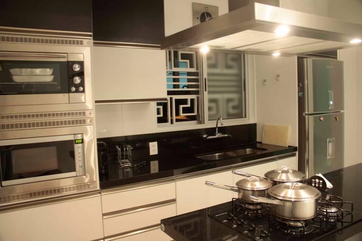 Casa Liberdade: Cozinhas  por Na Lupa Design