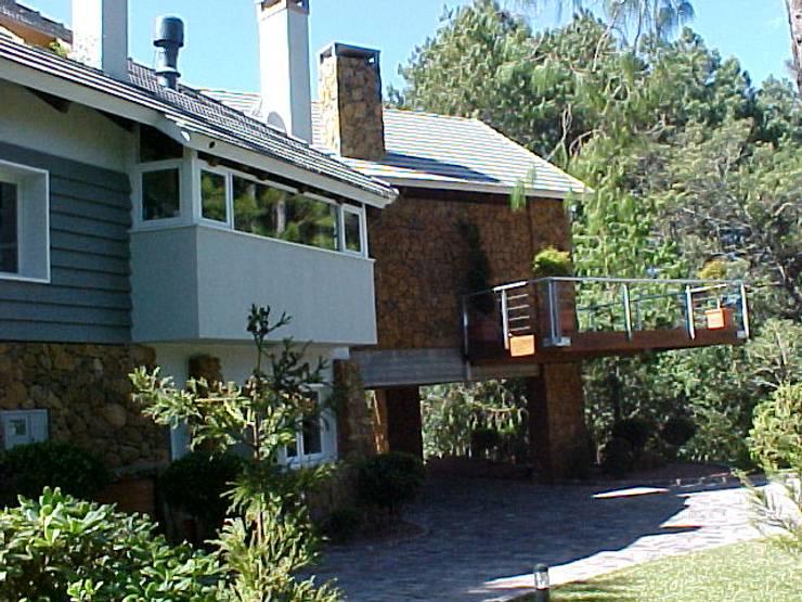 Casa Laje de Pedra: Casas  por Finkelstein Arquitetos,