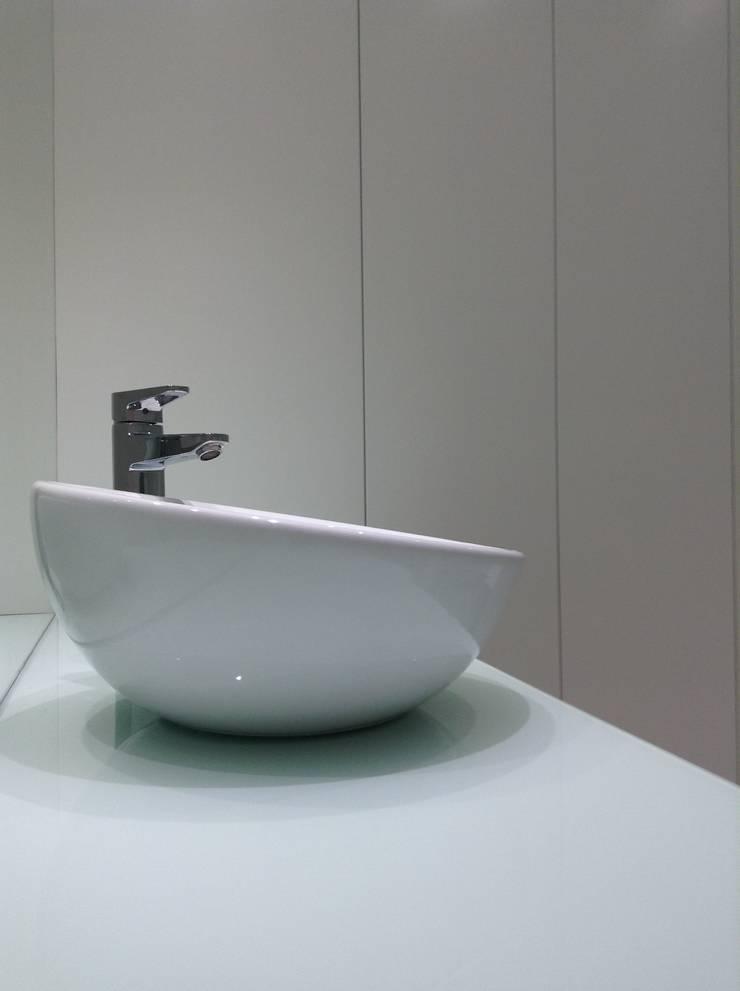 Baños de estilo minimalista por Dulce Albarracin