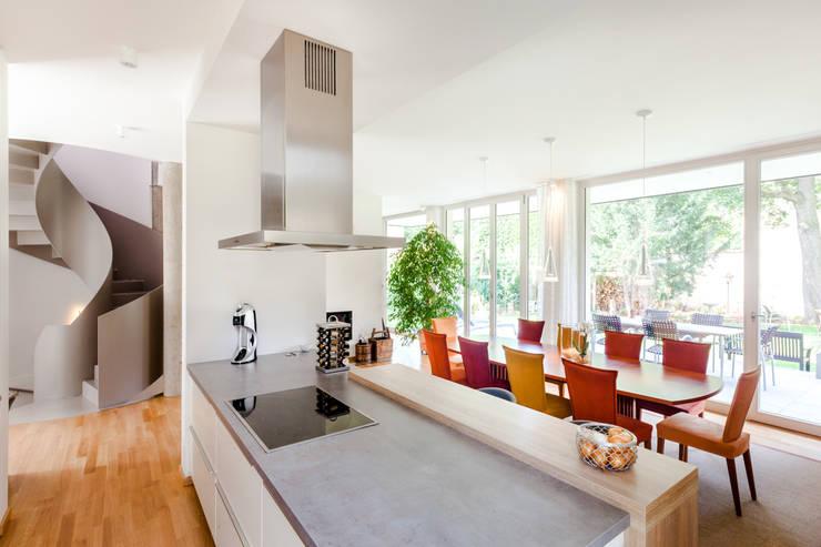 Wohnhaus in Dresden: moderne Küche von Hildebrandt Architekten
