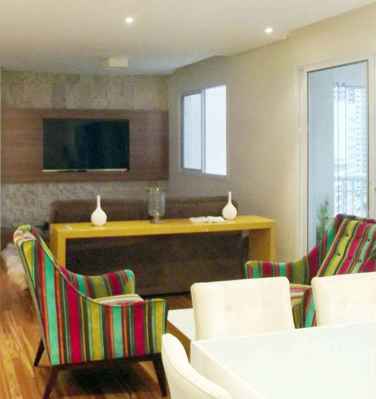 Apartamento 03: Salas de estar  por P.B Arquitetura