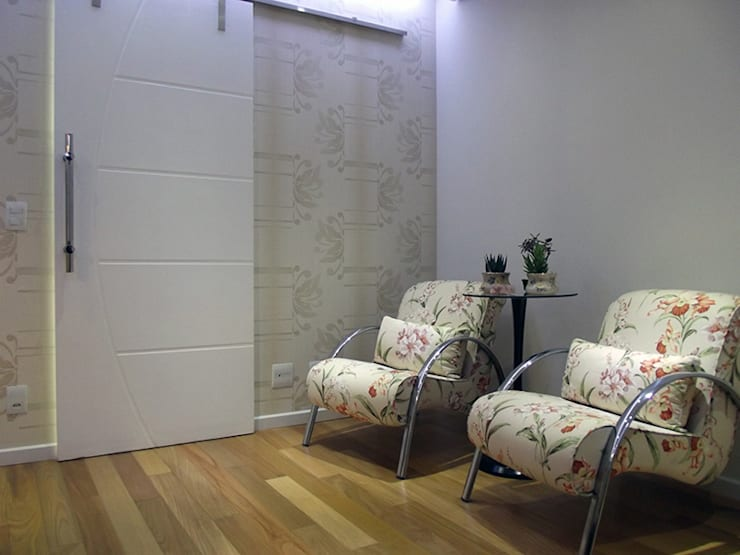 Apartamento 04: Salas de estar  por P.B Arquitetura