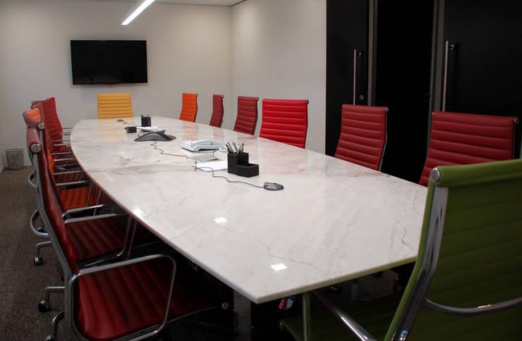 Sala de reunião: Espaços comerciais  por Peixoto Arquitetos Associados