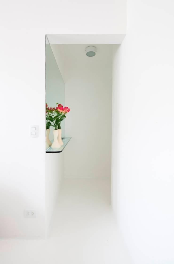 Reforma Apartamento Brooklyn: Corredor, vestíbulo e escadas  por Estudio MB