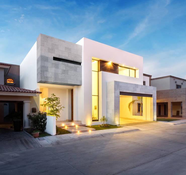 Fachada principal: Casas de estilo  por Juan Luis Fernández Arquitecto