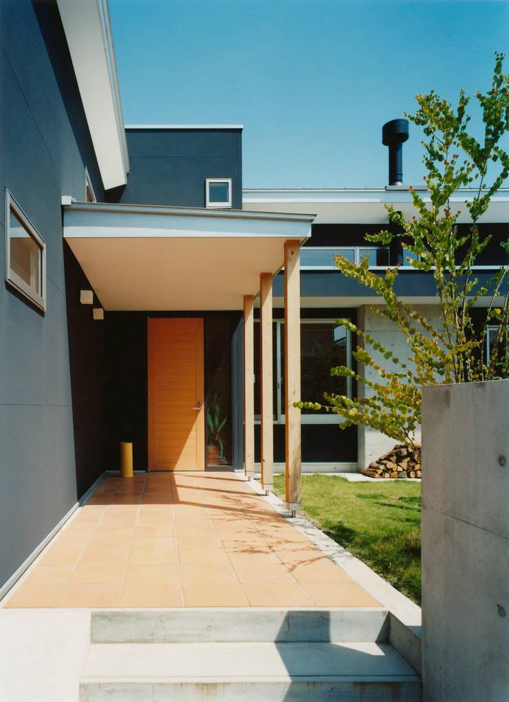 庭が見えるアプローチ: アール・アンド・エス設計工房が手掛けた庭です。,