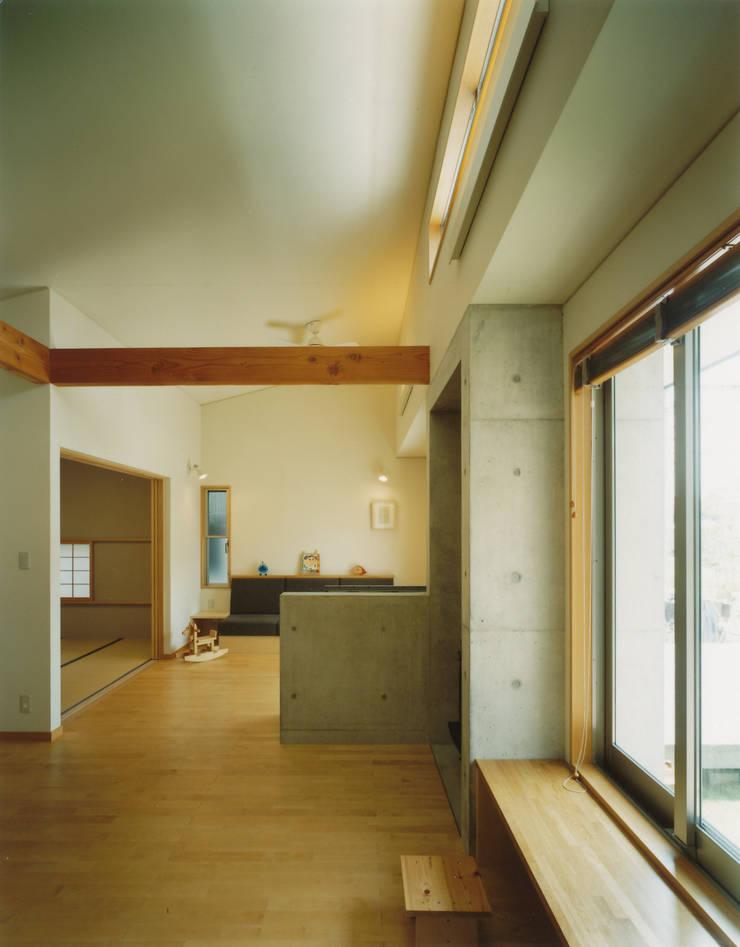 リビングをつながった和室をみる: アール・アンド・エス設計工房が手掛けたリビングです。,