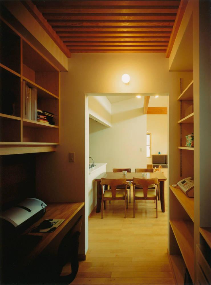ダイニングとつながる家庭内オフィス: アール・アンド・エス設計工房が手掛けた書斎です。,