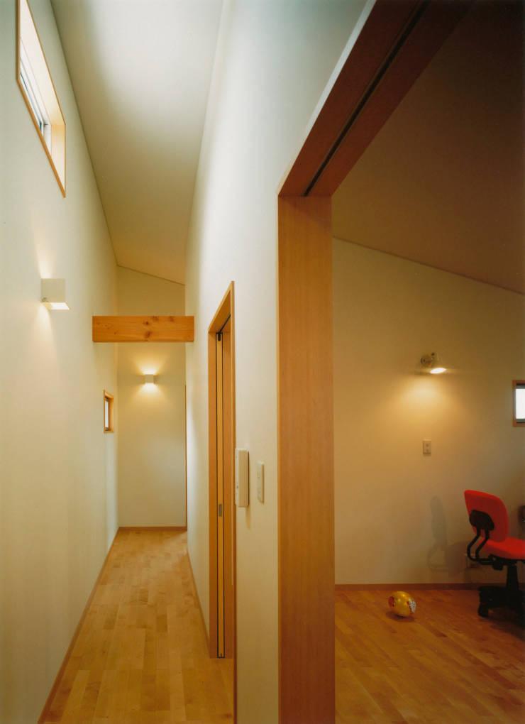 西ゾーンにあるプライベート空間: アール・アンド・エス設計工房が手掛けた廊下 & 玄関です。,