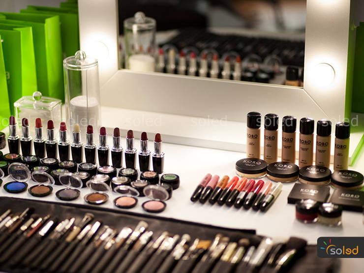 Lustro Hollywood Make Up Stand - Soleda Mirror: styl , w kategorii Sypialnia zaprojektowany przez SOLED Projekty i Dekoracje Świetlne Jacek Solka,