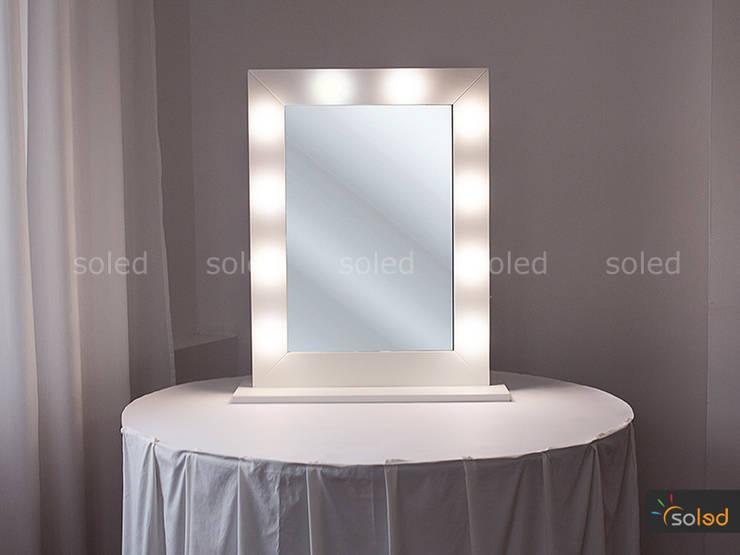 Lustro Hollywood Make Up Stand – Soleda Mirror: styl , w kategorii Garderoba zaprojektowany przez SOLED Projekty i Dekoracje Świetlne Jacek Solka
