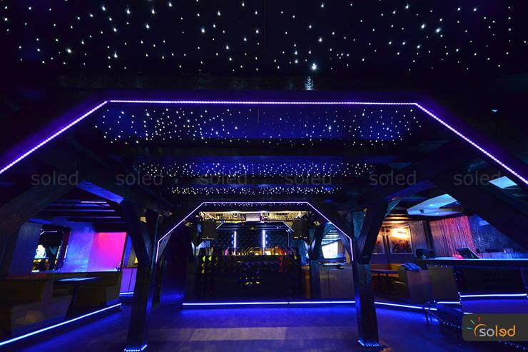 Gwieździste niebo – Starry Sky: styl , w kategorii Bary i kluby zaprojektowany przez SOLED Projekty i Dekoracje Świetlne Jacek Solka,Nowoczesny