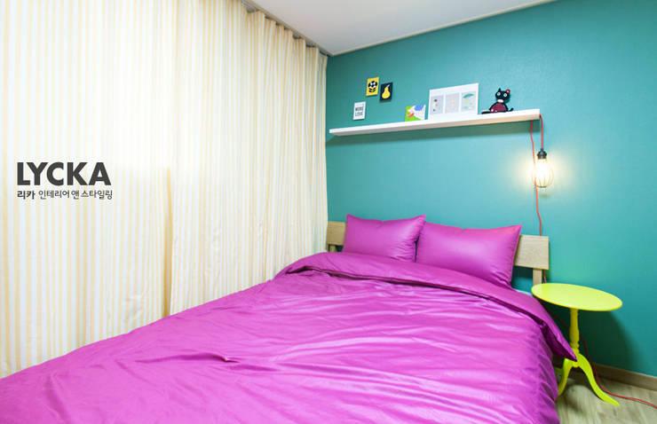 비비드 컬러를 사용한 홈스타일링: LYCKA interior & styling의  침실