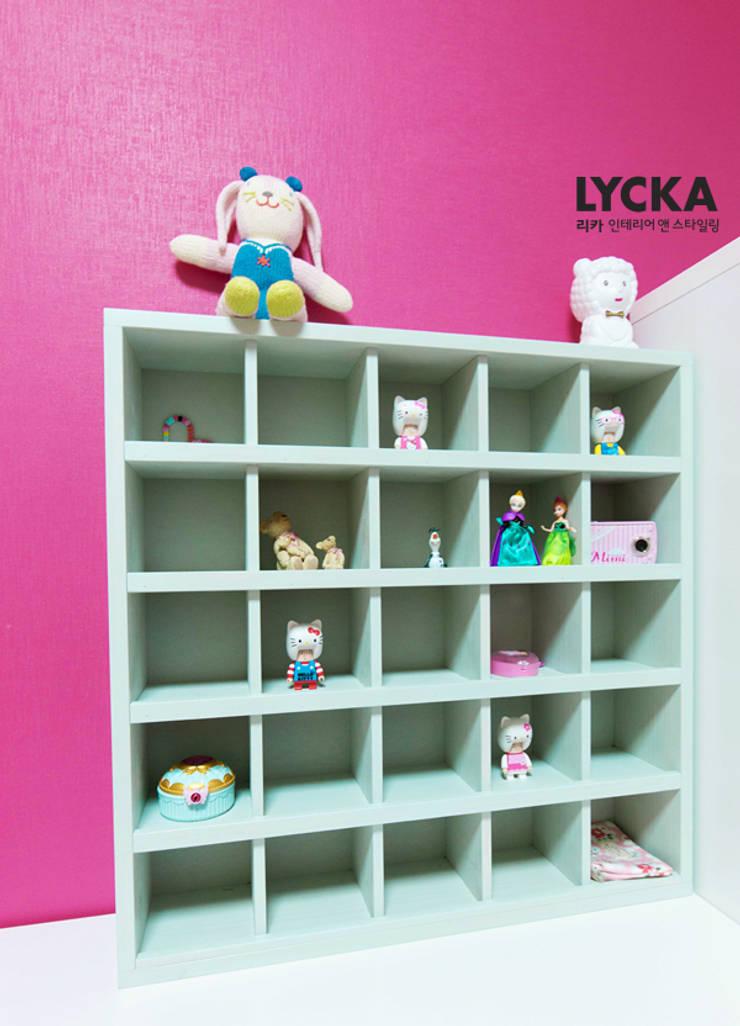 비비드 컬러를 사용한 홈스타일링: LYCKA interior & styling의  아이방