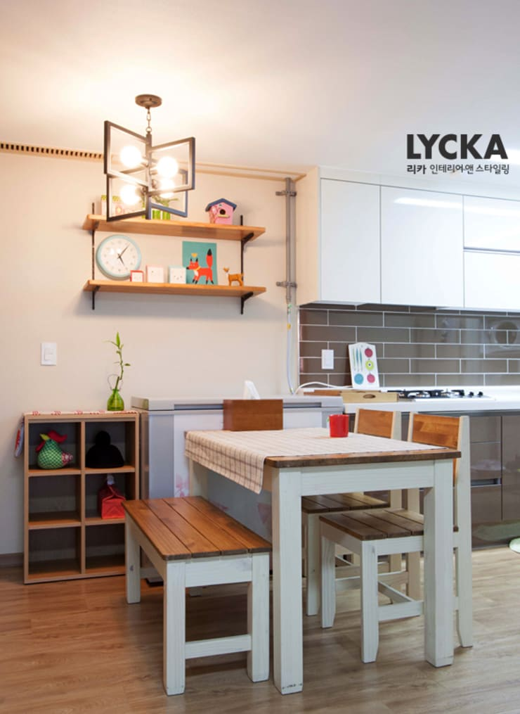 비비드 컬러를 사용한 홈스타일링: LYCKA interior & styling의  다이닝 룸
