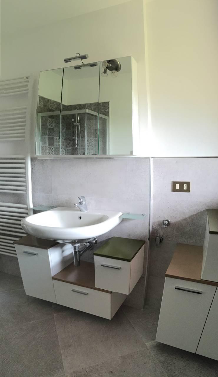 restiling bagno con piastrelle stile coloniale: Bagno in stile in stile Coloniale di Arreda Progetta di Alice Bambini