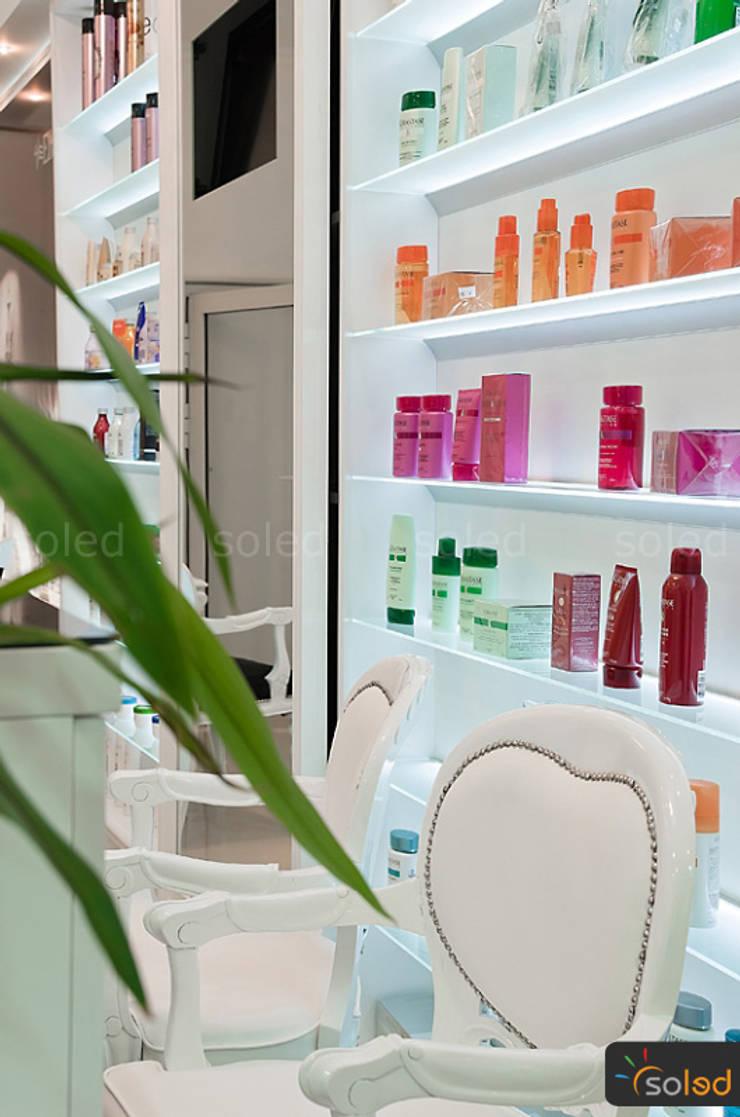 Półki szklane z podświetleniem LED - LED-illuminated shelves: styl , w kategorii Spa zaprojektowany przez SOLED Projekty i Dekoracje Świetlne Jacek Solka