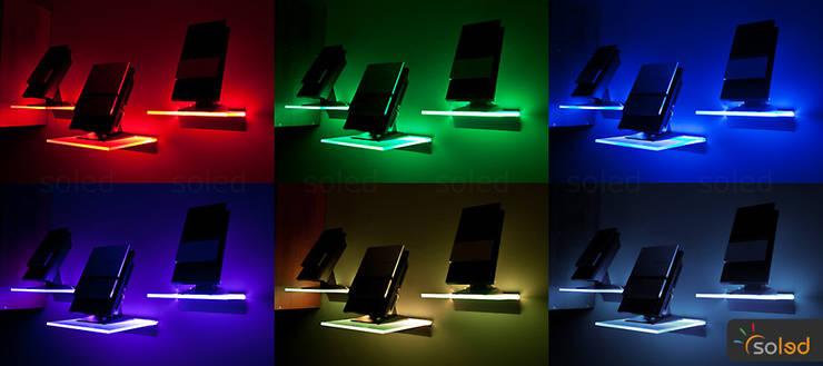Półki szklane z podświetleniem LED – LED-illuminated shelves: styl , w kategorii Pokój multimedialny zaprojektowany przez SOLED Projekty i Dekoracje Świetlne Jacek Solka
