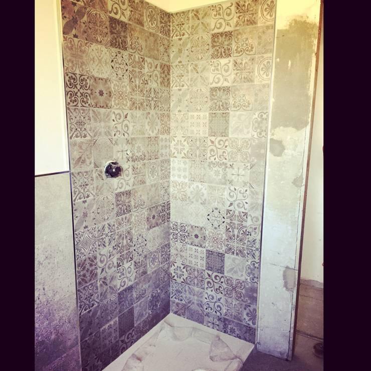 Work in progress Piastrellatura doccia: Pareti in stile  di Arreda Progetta di Alice Bambini