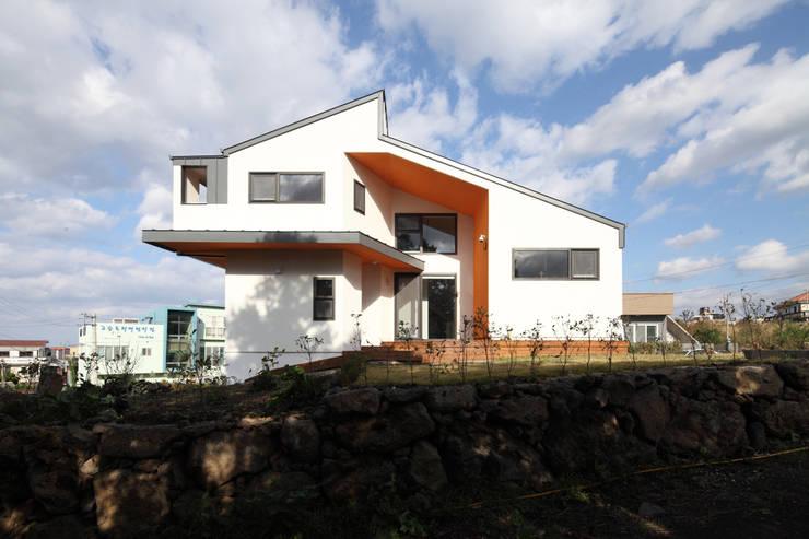 한라산뷰가 보이는 측면모습: 주택설계전문 디자인그룹 홈스타일토토의  주택