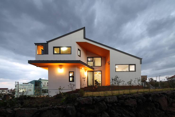 측면 야경: 주택설계전문 디자인그룹 홈스타일토토의  주택
