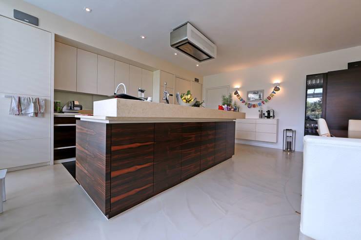 modern Kitchen by IBOD Wand & Boden