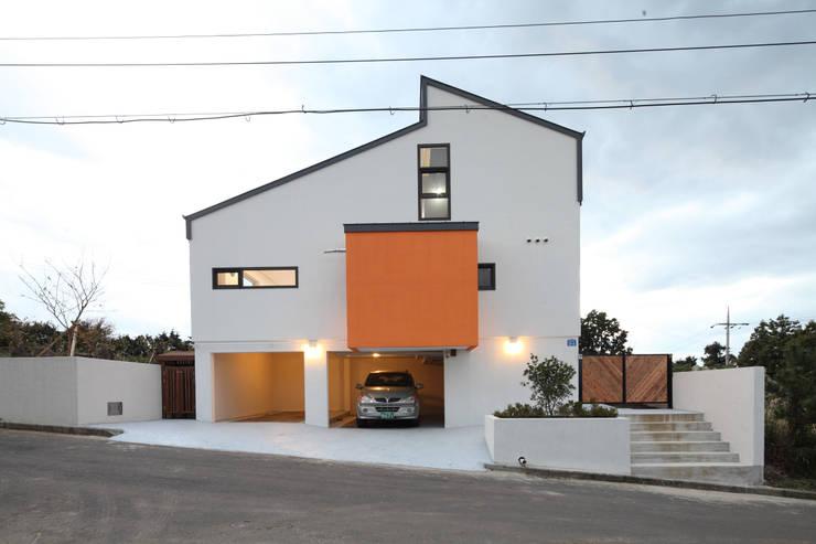 초저녁 무렵의 개러지하우스: 주택설계전문 디자인그룹 홈스타일토토의  차고