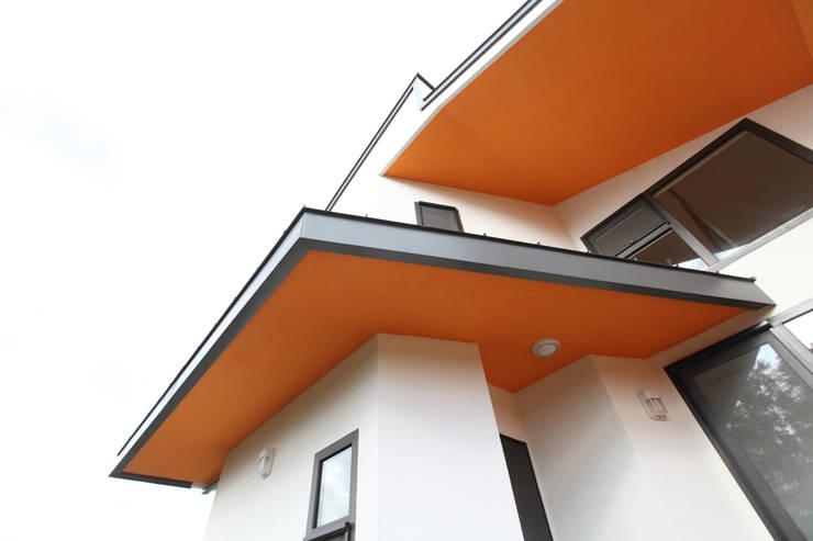 산자락을 닮은 처마: 주택설계전문 디자인그룹 홈스타일토토의  베란다