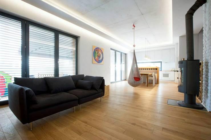 Kasztanowa - salon: styl , w kategorii Salon zaprojektowany przez ABU Wnętrza,Minimalistyczny Drewno O efekcie drewna