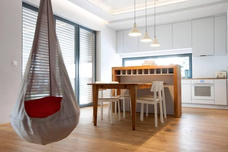 Kasztanowa - jadalnia: styl , w kategorii Jadalnia zaprojektowany przez ABU Wnętrza,Minimalistyczny Drewno O efekcie drewna