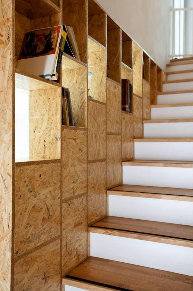 Kasztanowa - schody: styl , w kategorii Korytarz, przedpokój zaprojektowany przez ABU Wnętrza,Minimalistyczny