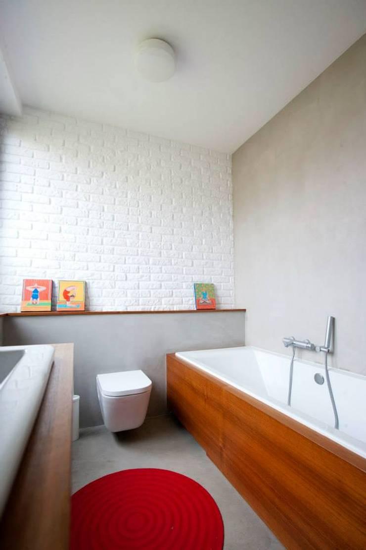 Kasztanowa - łazienka: styl , w kategorii Łazienka zaprojektowany przez ABU Wnętrza,Minimalistyczny Cegły