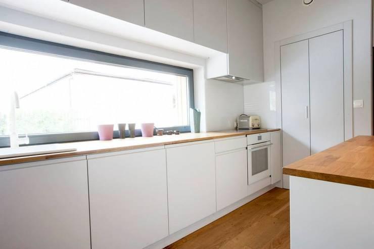 Kasztanowa - kuchnia: styl , w kategorii Kuchnia zaprojektowany przez ABU Wnętrza,Minimalistyczny