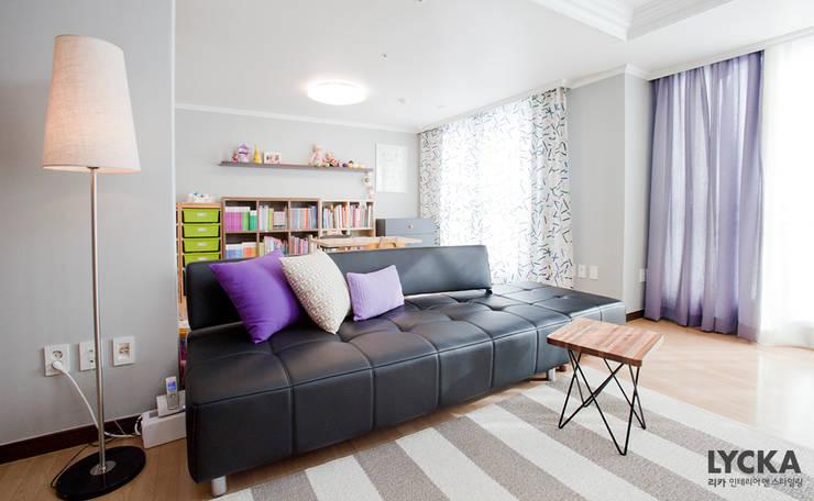Livings de estilo  por LYCKA interior & styling