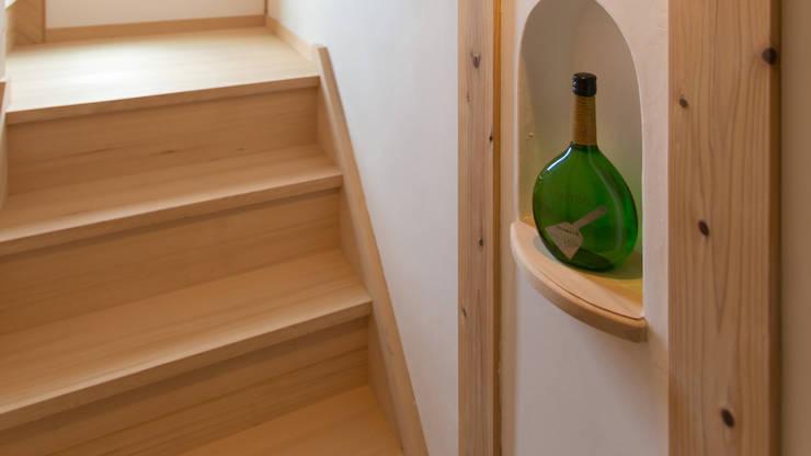 H26日本漆喰協会作品賞:受賞した家 オリジナルスタイルの 玄関&廊下&階段 の 株式会社粋の家 オリジナル