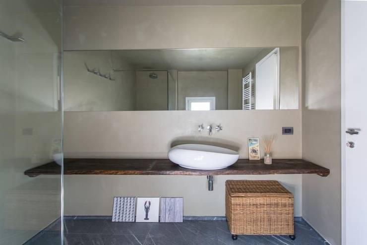 Giò&Marci: Bagno in stile  di km 429 architettura