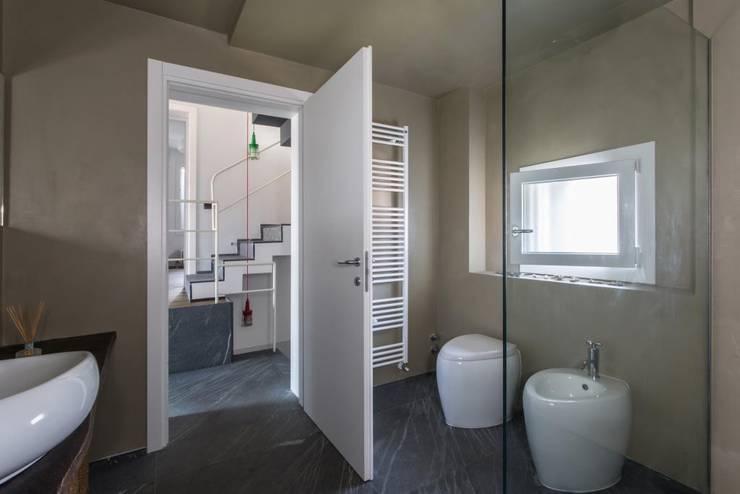 Giò&Marci: Bagno in stile in stile Moderno di km 429 architettura