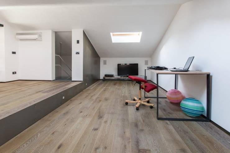 Giò&Marci: Sala multimediale in stile  di km 429 architettura