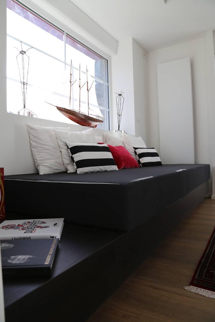 Une rénovation à la bretonne… : Salon de style  par Ad Hoc Concept architecture, Moderne