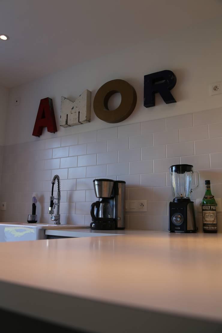 Une rénovation à la bretonne… : Cuisine de style  par Ad Hoc Concept architecture, Moderne