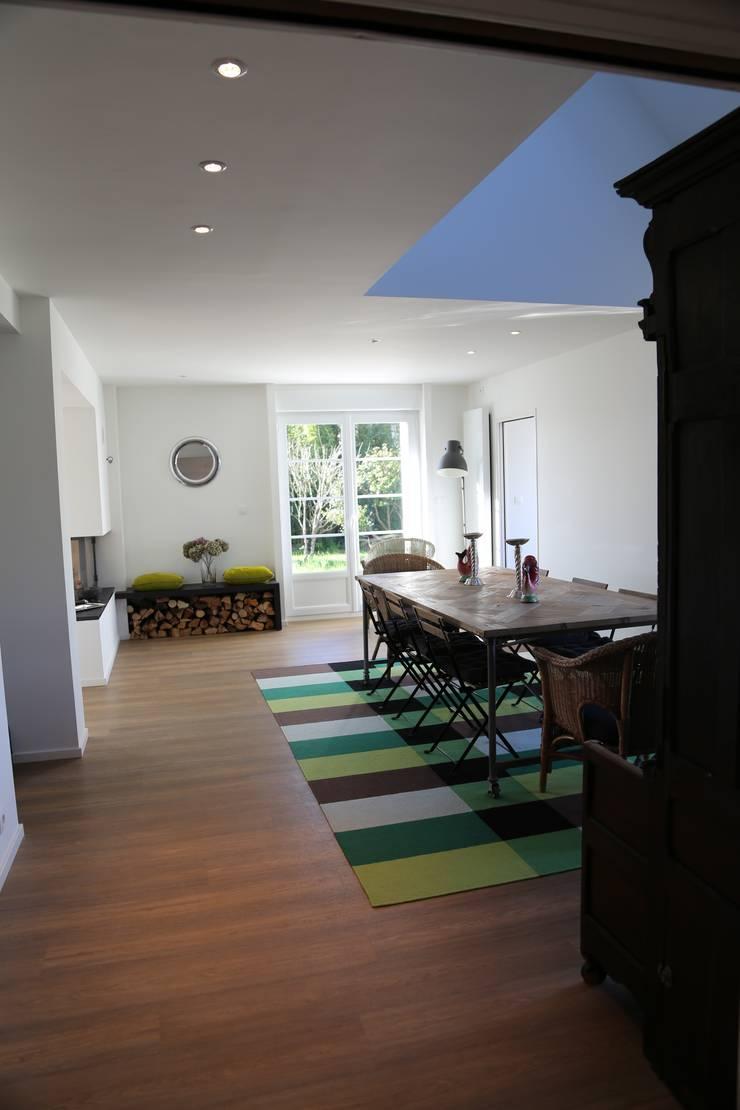 Une rénovation à la bretonne… : Salle à manger de style  par Ad Hoc Concept architecture, Moderne