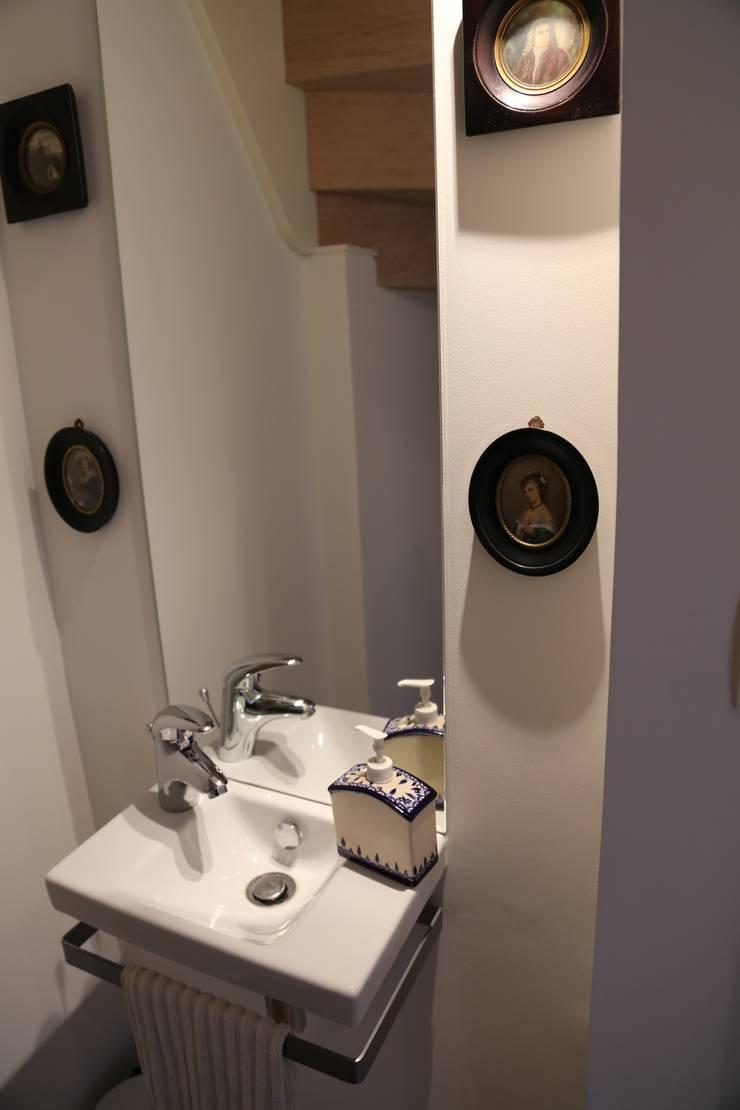 Une rénovation à la bretonne… : Salle de bains de style  par Ad Hoc Concept architecture, Moderne