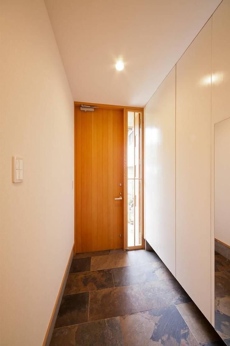 玄関 2: キリコ設計事務所が手掛けた窓です。,オリジナル