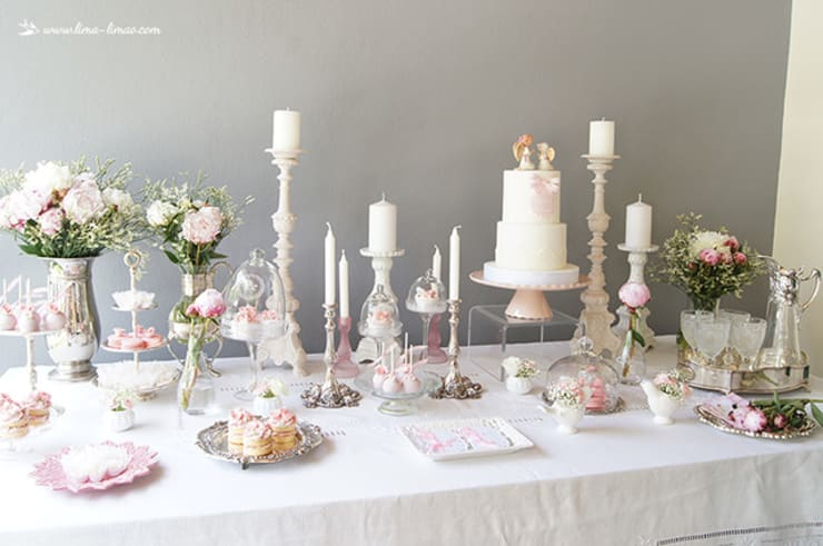 A elegante mesa do batizado da Carminho e da Carlota.: Sala de jantar  por Lima Limão-  Festas com charme