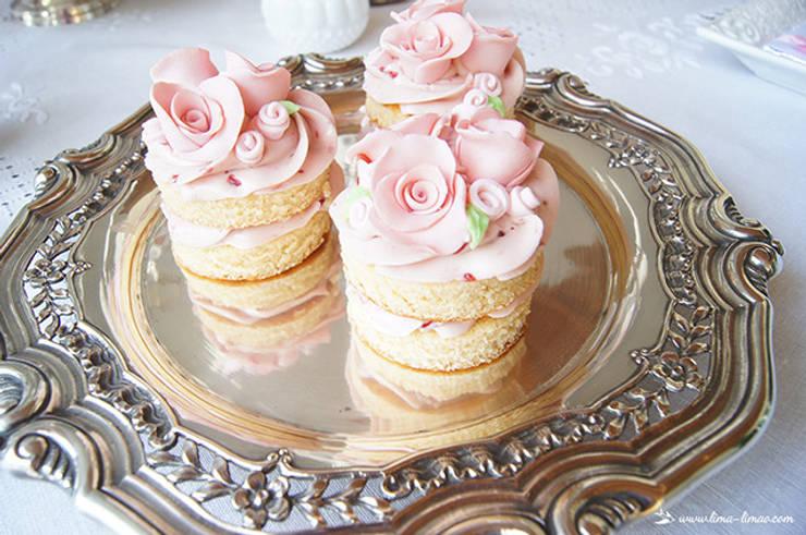 Além de charmosos e elegantes, os naked cakes são deliciosos!: Sala de jantar  por Lima Limão-  Festas com charme
