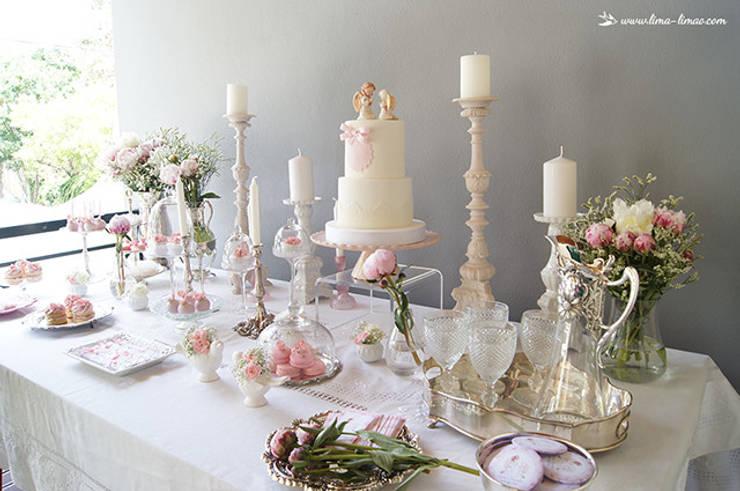 A elegante e simples mesa do batizado da Carminho e da Carlota. : Sala de jantar  por Lima Limão-  Festas com charme