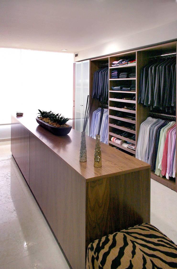 Vestidores y Closets: Vestidores y closets de estilo  por Interioriza