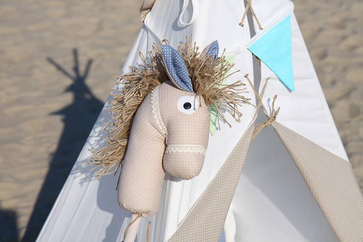Koń na kiju Ajku Beżowy : styl , w kategorii Pokój dziecięcy zaprojektowany przez Ajku