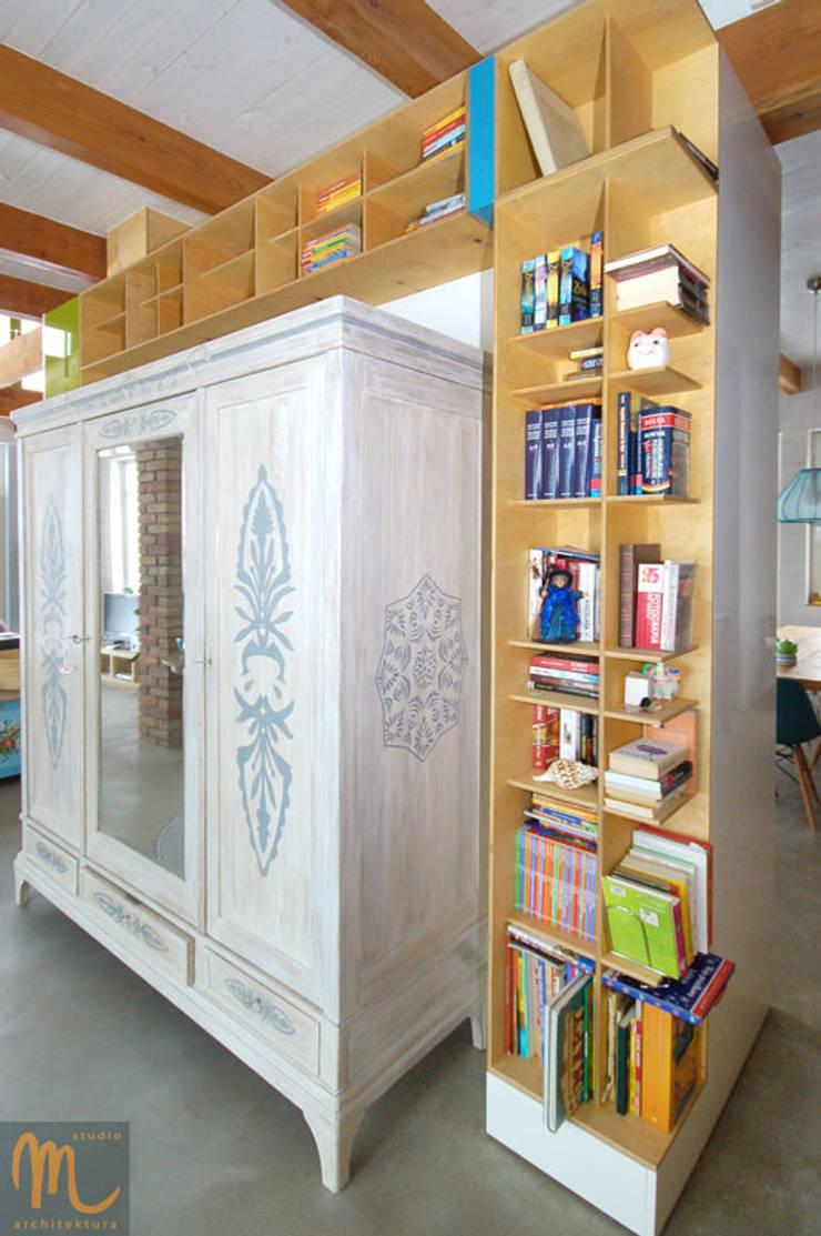 W drewniaku: styl , w kategorii Korytarz, przedpokój zaprojektowany przez studio m Katarzyna Kosieradzka